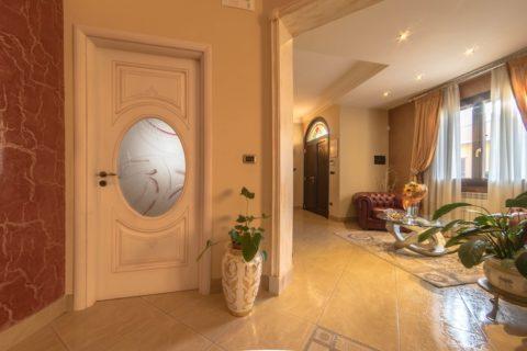 Casa di Rosaria e Alberto: installazione porte interne e infissi