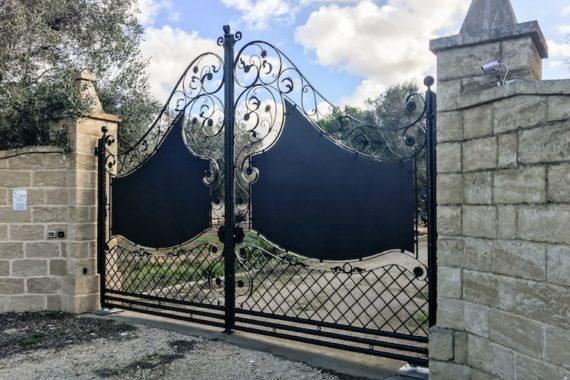 Cancello in fetto battuto realizzato a mano
